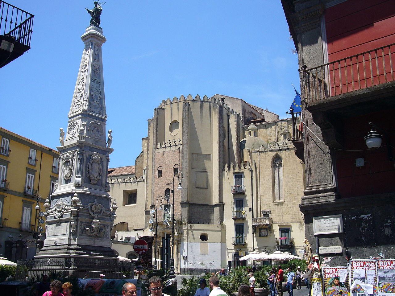 1280px-Napoli_-_piazza_San_Domenico_Maggiore_e_guglia_1030736
